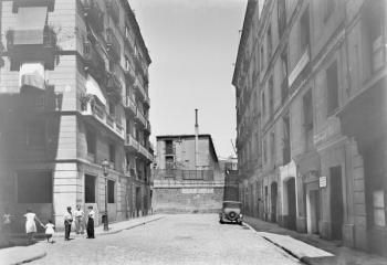 Fotografia del Carrer de Fortuny entre 1925 i 1930 on es veu la retolació del Col.legi de Notaris encara existent a l'edifici ocupat pel Gimnas Solé. Foto de Brangulí