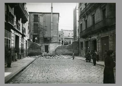 Enderroc del mur del carrer Fortuny a 1935. L'edifici de la dreta just abans del mur acollí la seu social del Club i les oficines entre 1921 i 1924. Foto de Carlos Pérez de Rozas.