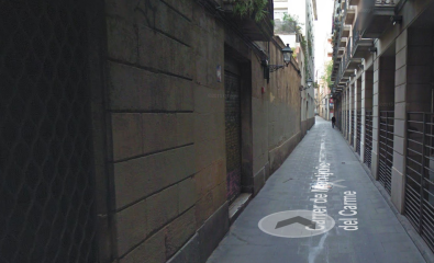 Carrer Montjuïc del Carme avui dia. El número 5 del carrer estava just a on hi ha el primer fanal